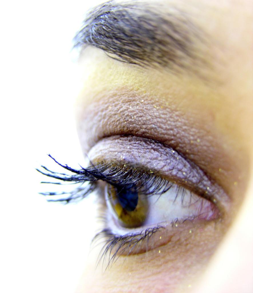 Wimperntusche auf dem Auge einer Frau